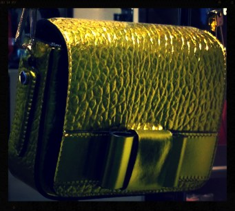 Shoulder bag with metallic effect with bow