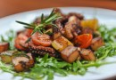 Hobotnica na mediteranski s tikvicama, krumpirom i cherry rajčicama