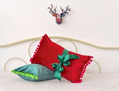 bozicni jastuci na krevetu s jelenom