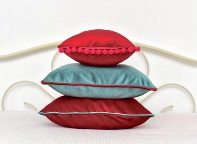 bozicni jastuci na krevetu