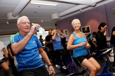 Eldre mann og eldre dame på spinningsykler. Foto: Andrea Hegdahl Tiltnes /NTNU