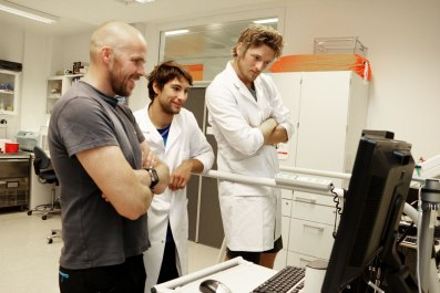 Arnt Erik Tjønna, Martin Wohlwend and Thomas Fremo looking at something on the exercise lab