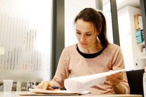 Dorthe Stensvold går gjennom testresultater
