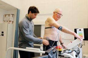Martin Wohlvend forbereder EKG på Einar Lauritsen før kondisjonstest. Hanhar hjerteflimmer, og må derfor ha EKG og lege tilstede under testen.