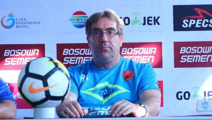 Pelatih Persib Kritik Kebijakan PSSI