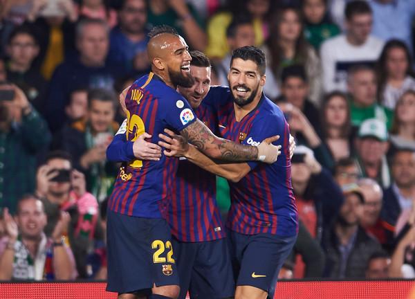 Ajax Berniat Mendatangkan Luis Suarez dan Arturo Vidal dari Barcelona