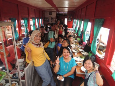 Makan Siang di Sungai Musi Palembang