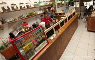 Kedai Jamu Sowe Ora Jamu di Jakarta.pho KONTAN/Carolus Agus Waluyo/02/10/2014.