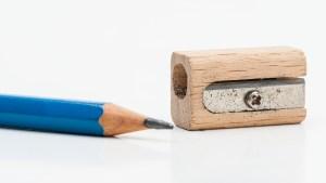 Cómo sacar una llave trabada en la cerradura. Foto de un lápiz junto a un sacapuntas.