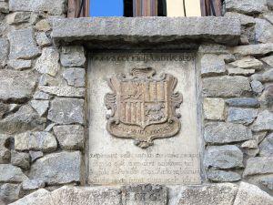 800px-059_Casa_de_la_Vall_(Andorra_la_Vella),_escut_actual_d'Andorra