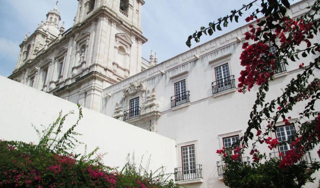 Edificios blancos y buganvillas en Lisboa, Portugal