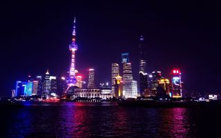 Vistas del distrito financiero de noche desde Pudong en Shanghai, China