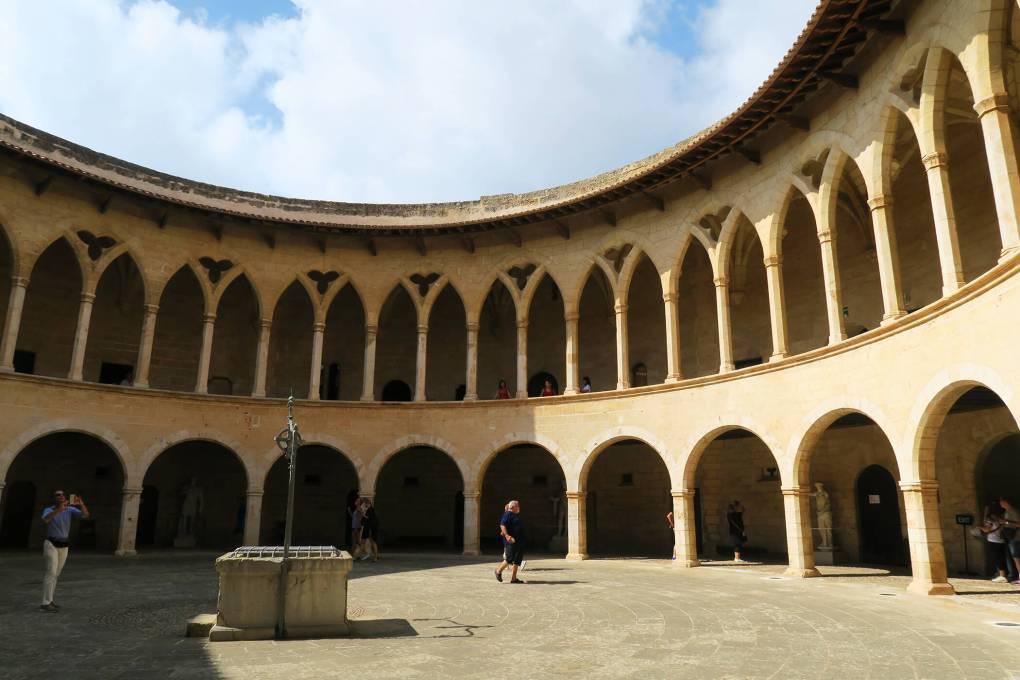 Patio interior del Castillo de Bellver en Palma de Mallorca, España