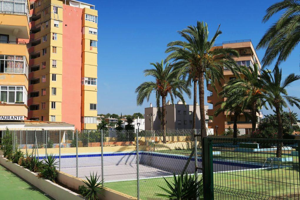 Piscinas vacías a finales de finales de septiembre en Palma de Mallorca, España