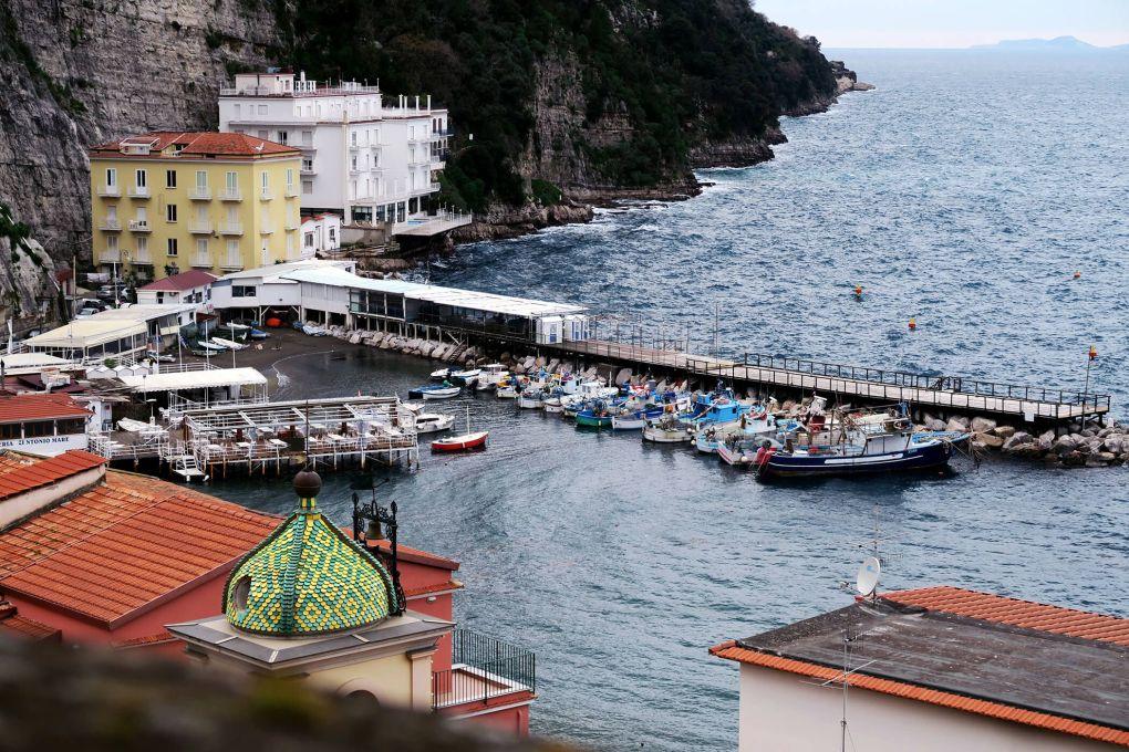 Barcos en el puerto de Sorrento, Italia