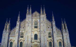 El Duomo de Milán de noche en Milán, Italia