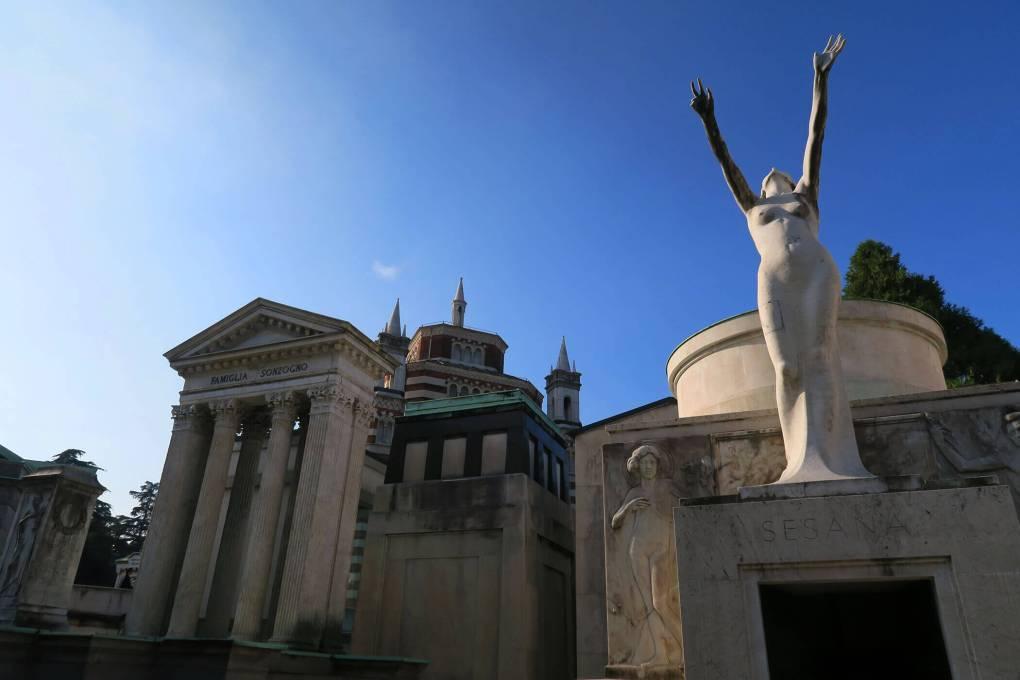 Panteones en el Cementerio Monumental en Milán, Italia