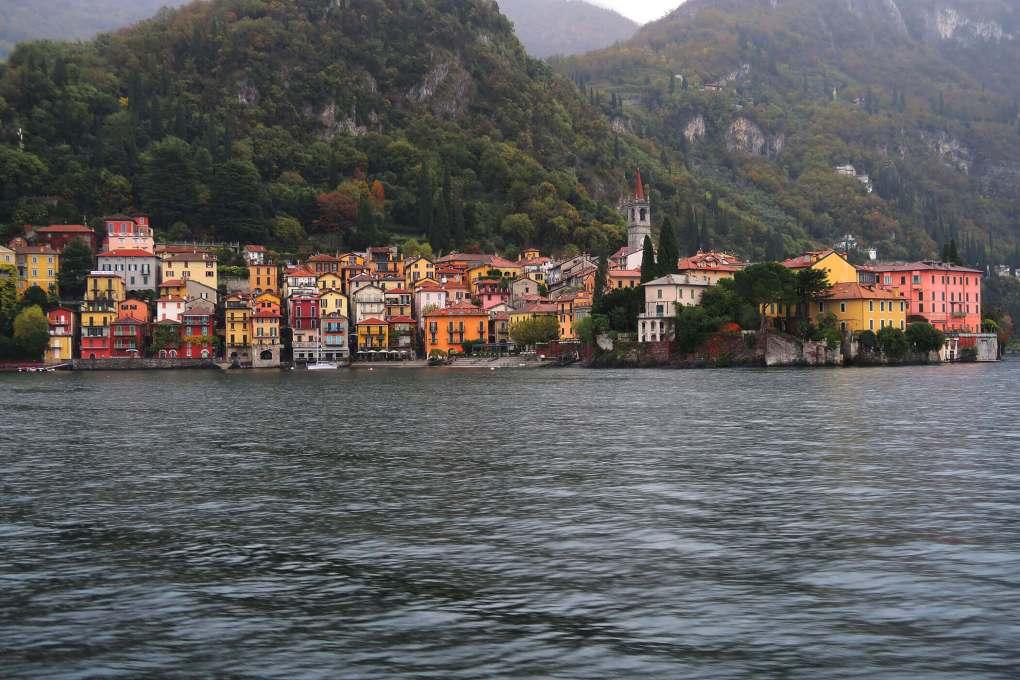 Vistas de Varenna desde un transbordador cruzando el Lago de Como, Italia