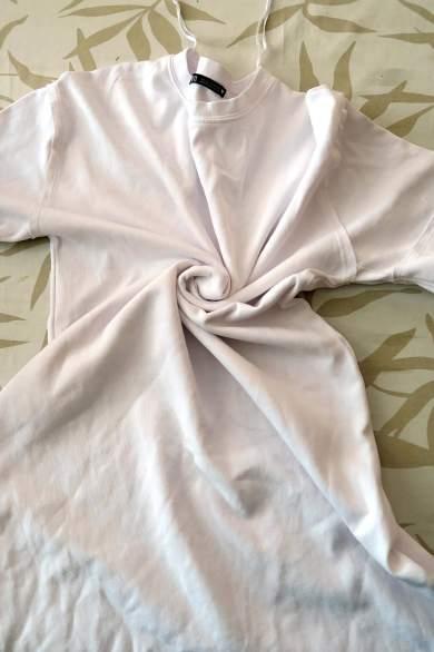 Retorciendo el vestido para hacer un dibujo espiral con el tie dye