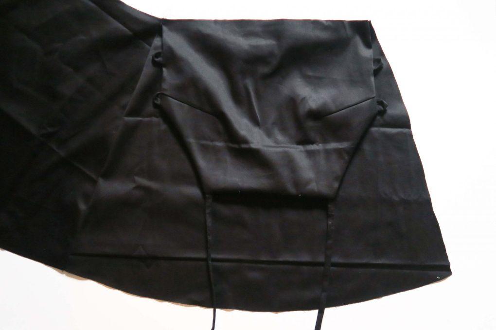 Cosiendo el cuerpo a la falda del vestido mini con espalda al aire