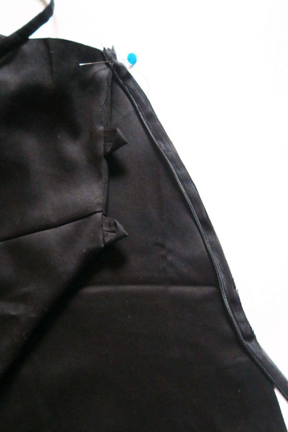 Cosiendo la cremallera invisible del vestido mini con espalda al aire