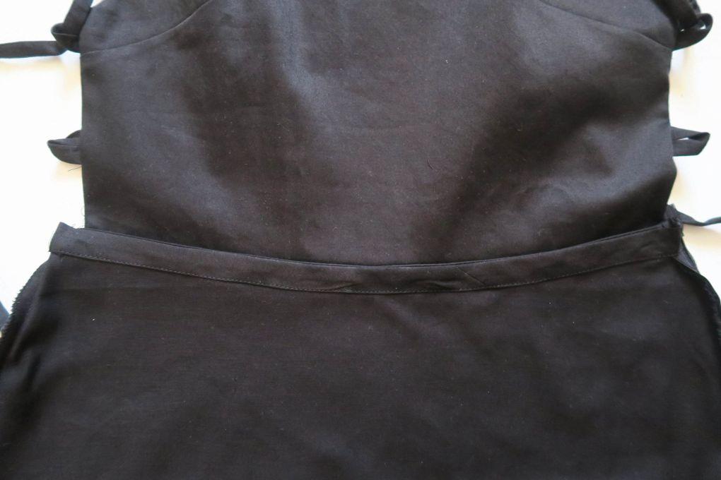 Bies interior en la cintura de la espalda del vestido mini con espalda al aire