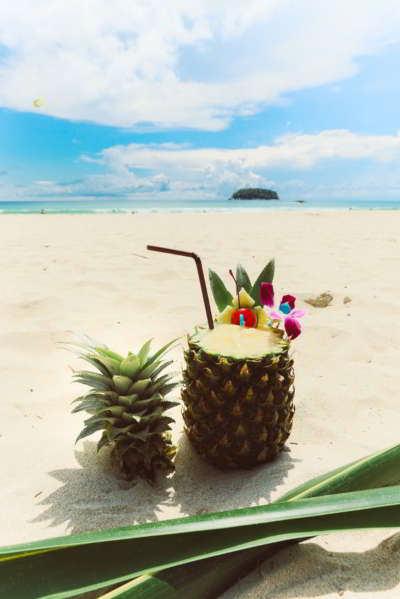piña colada frente a la playa