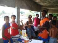 crianças do projeto lanchando