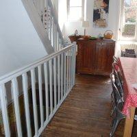 Un escalier en bois peint en gris...