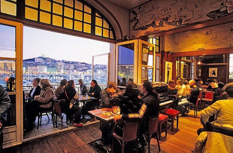 La Caravelle, un bar et restaurant sur le vieux port