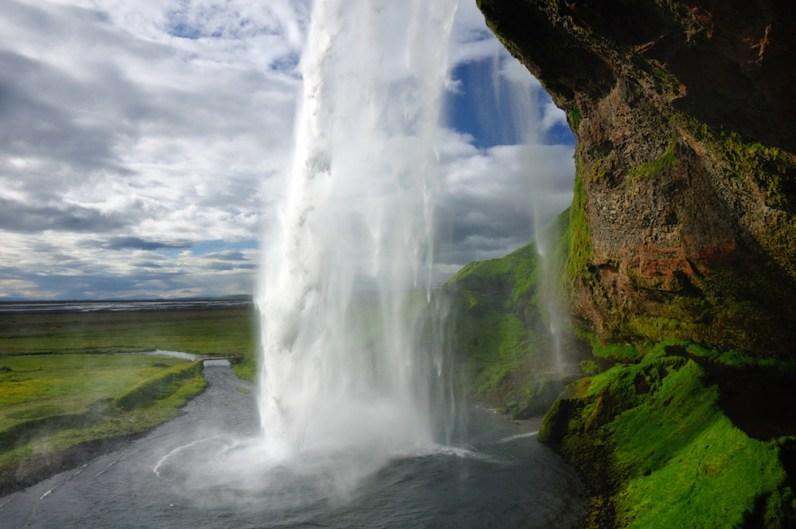 Seljalandsfoss - krásný vodopád, v jehož těsné blízkosti se nachází jeden z nejhezčích kempů, v nichž jsme nocovali.