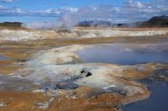 Okolí jezera Mývatn nabízí spoustu různorodých zajímavostí, například vodopády nebo lávová pole.