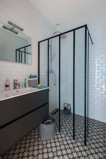 Déco salle de bain avec porte verrière
