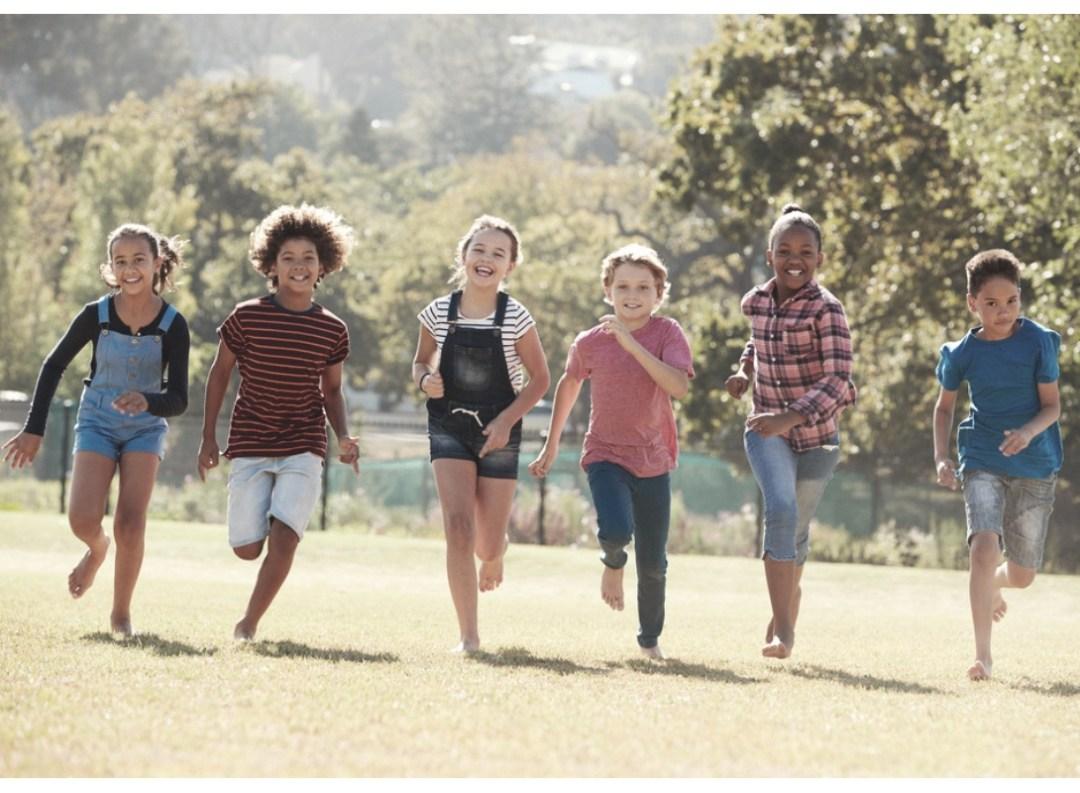 Shorts interdits à l'école pour les filles. Enfants qui s'amusent ensemble.