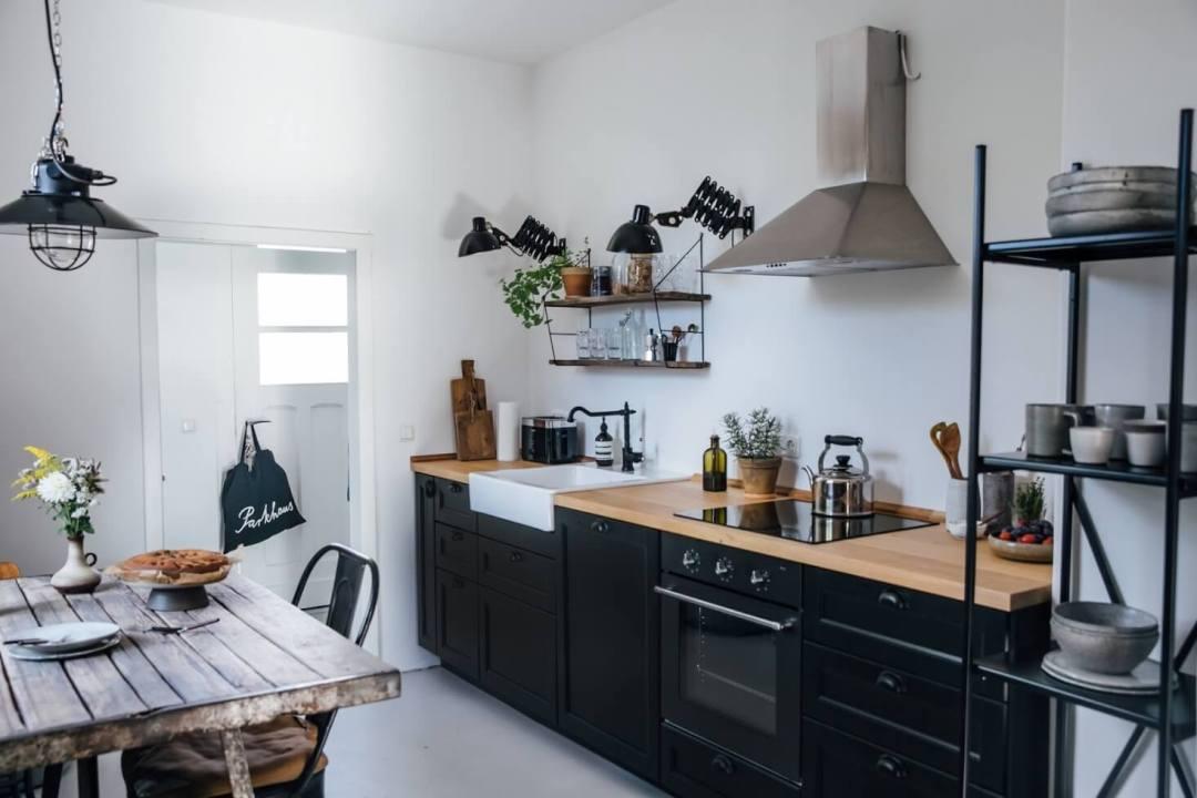 Décoration cuisine scandinave avec évier à poser blanc