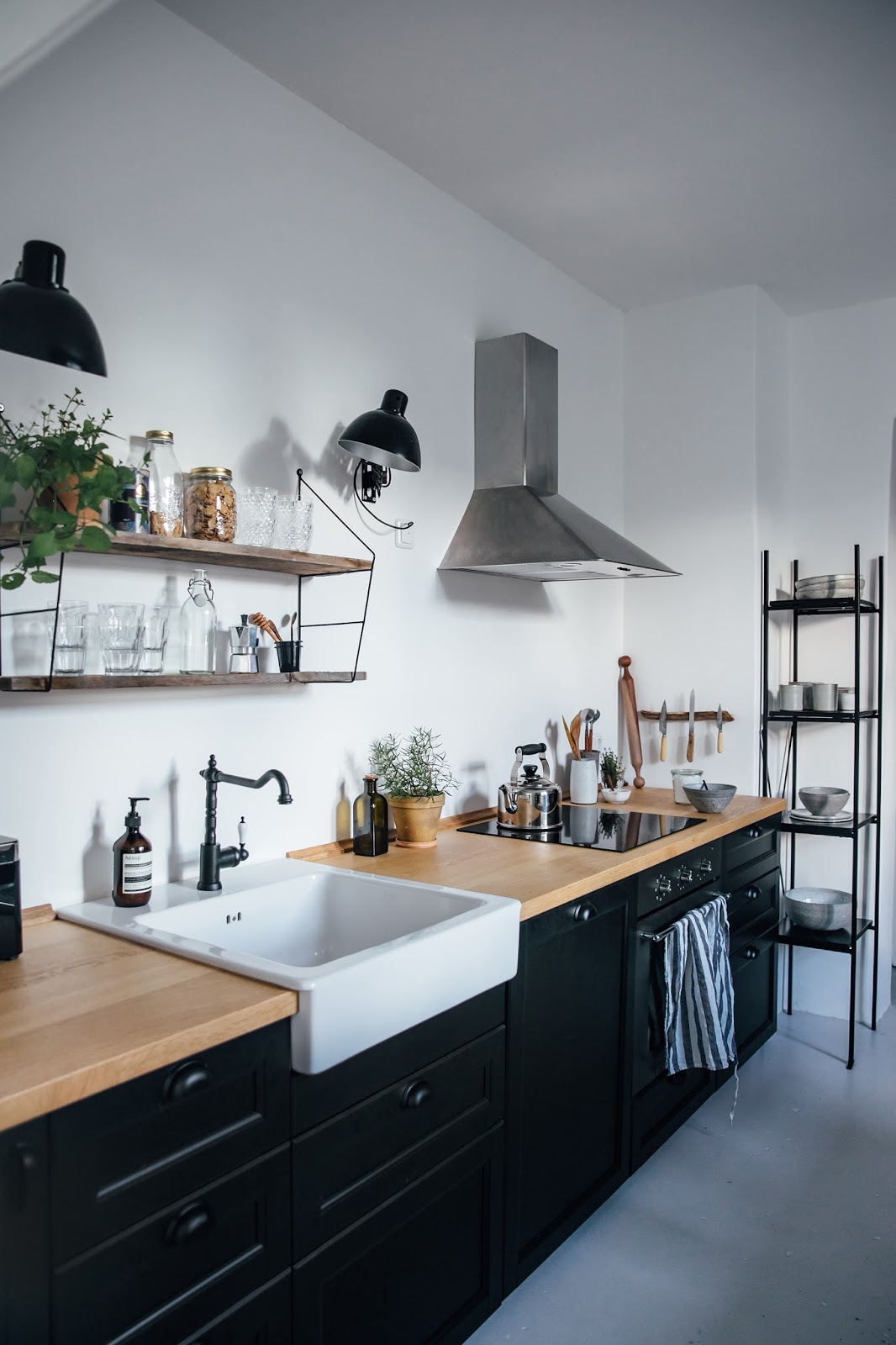 Décoration de cuisine scandinave avec évier à poser blanc #decoration #cuisine #scandinave