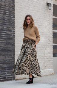 Porter une jupe léopard avec un gros pull