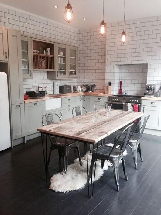 Décoration de cuisine style industriel avec table en bois et fer et pieds en épingle (hairpin legs)