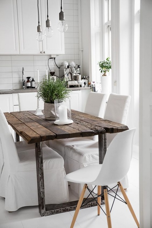 Salle à manger scandinave avec table en bois brut et pieds en fer