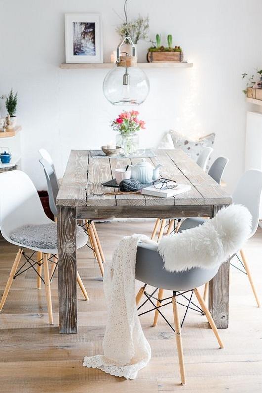 Décoration de salle à manger scandinave avec table en bois brut
