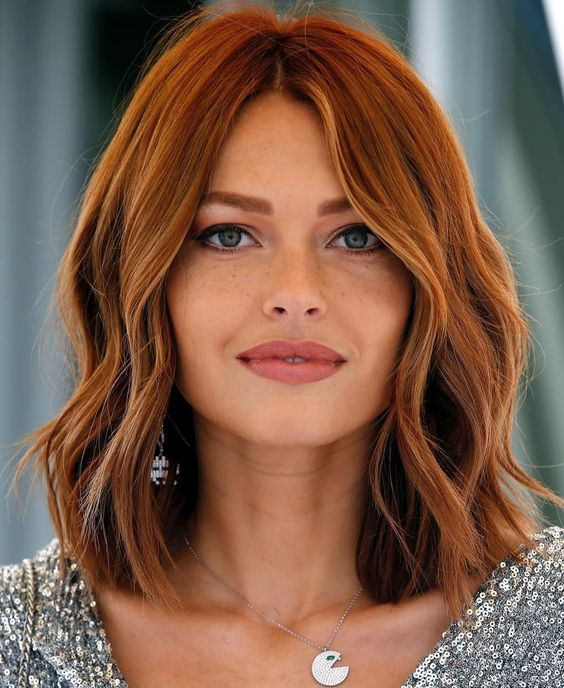 Le joli carré long wavy de Caroline Receveur #carré #wavy #coiffure #cheveux #roux