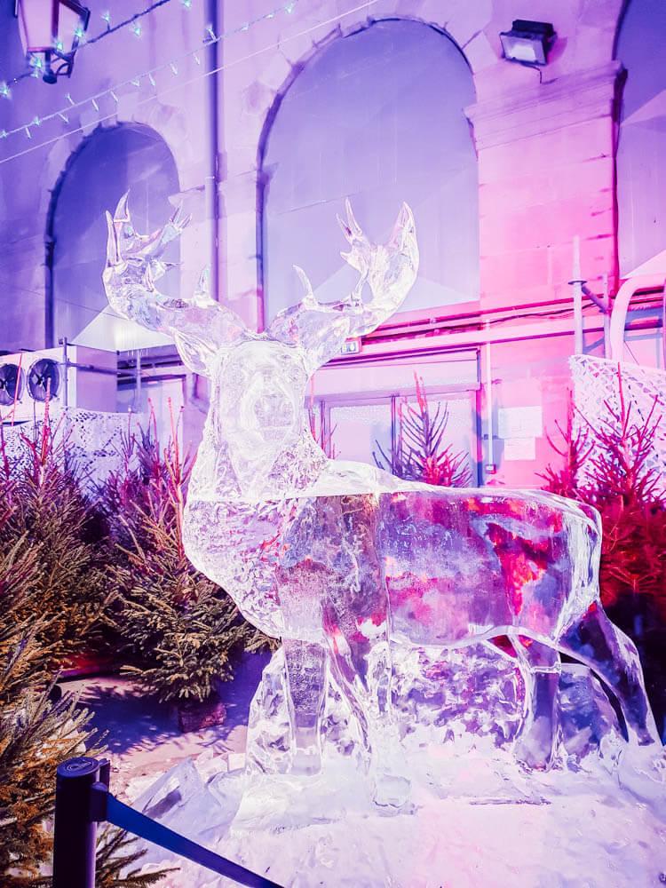 Sculpture de glace au marché de Noël de Carcassonne