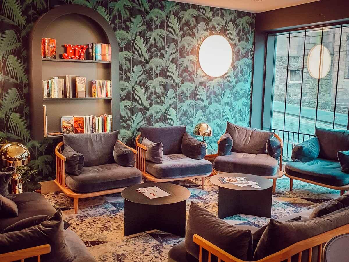 Espace lounge pour se détendre en famille à l'Adagio Edimbourg