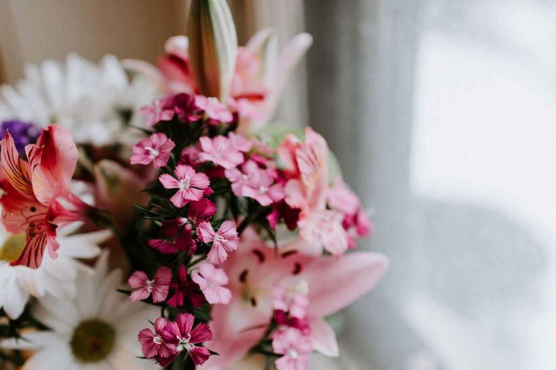 Offrir des fleurs pour la fête des mères