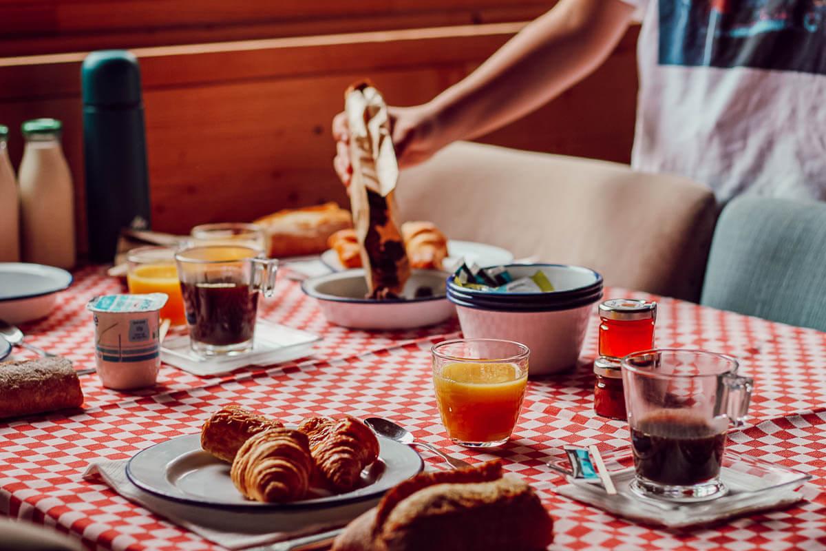 Petit déjeuner, cabane dans les bois
