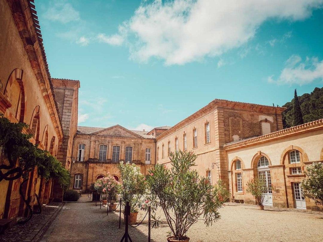 Cour de l'abbaye de Lagrasse dans l'Aude