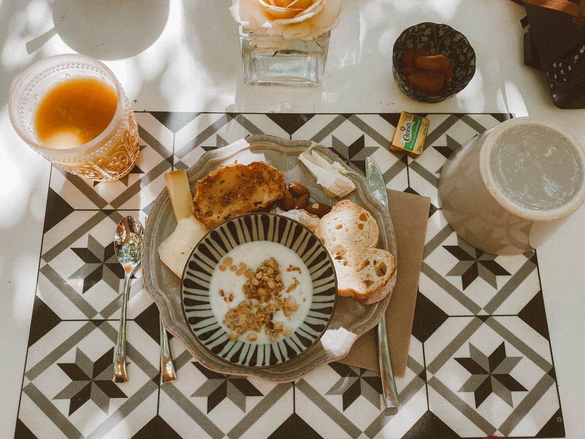 Petit déjeuner dans notre jolie chambre d'hôtes près d'Avignon