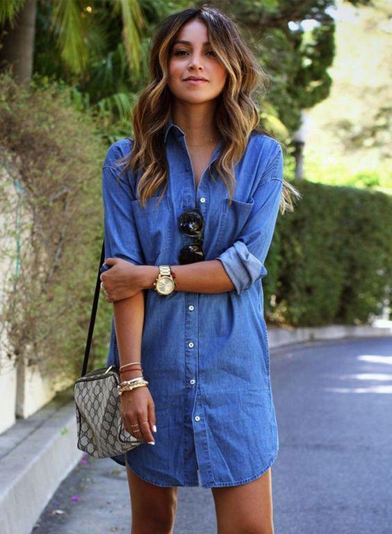 Les influenceuses mode portent la robe en jean