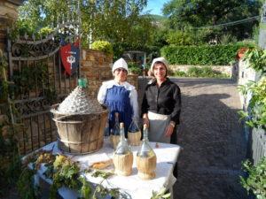 Toskánské ženy na slavnostech vinobranní.