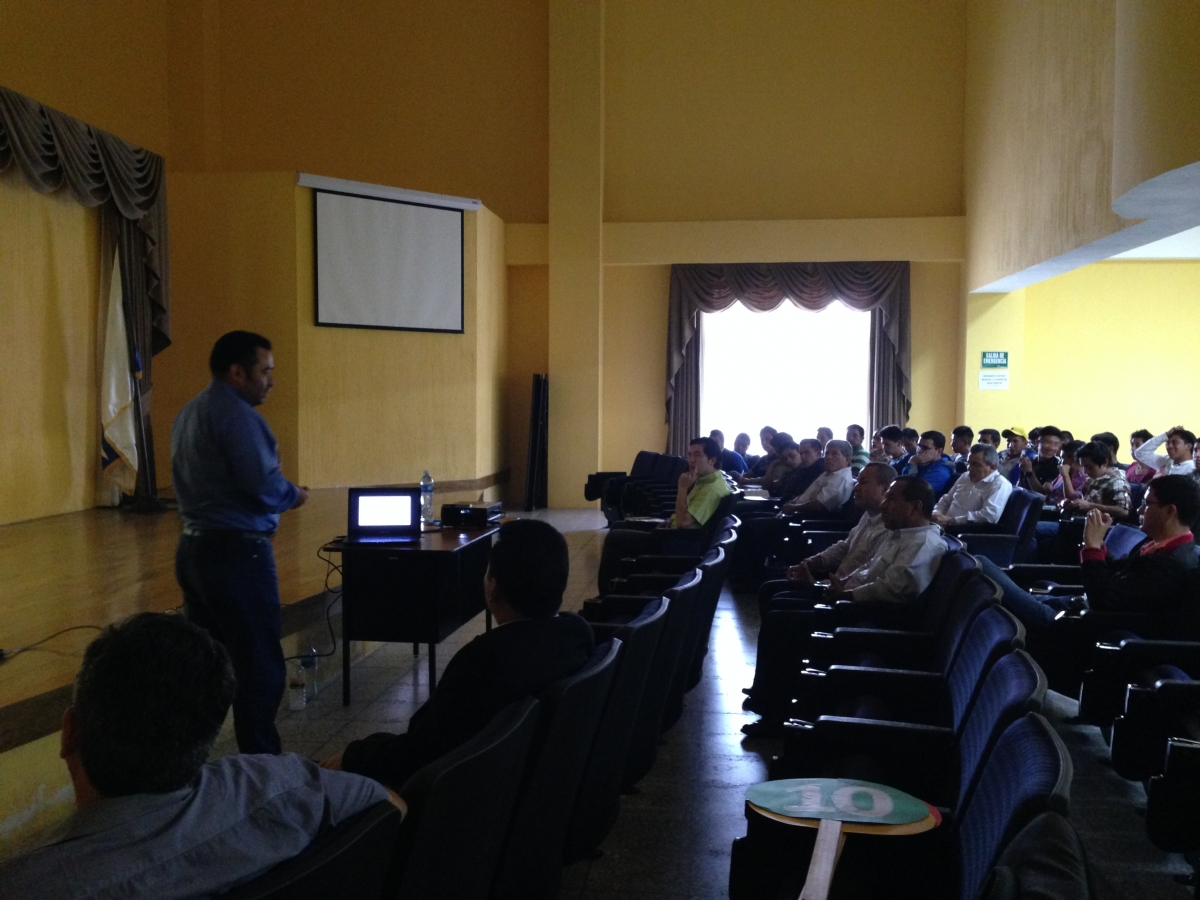 Dr. Nick Estrada disertando sobre modelos multivariados y deslizamientos de suelo